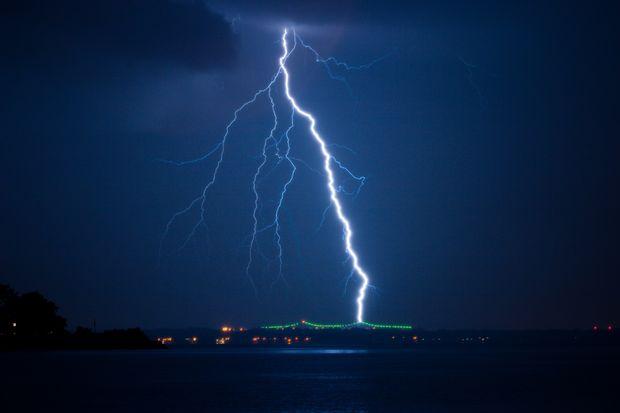 Вспышка молнии в небе