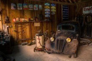 Старая машина в гараже