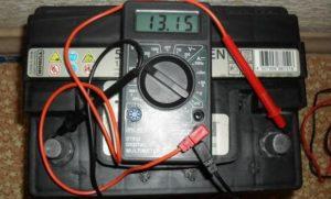 Проверка емкости аккумулятора мультиметром