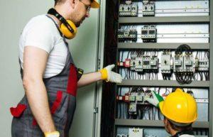 Электрики проверяют оборудование