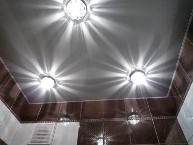 Верхнее освещение в ванной
